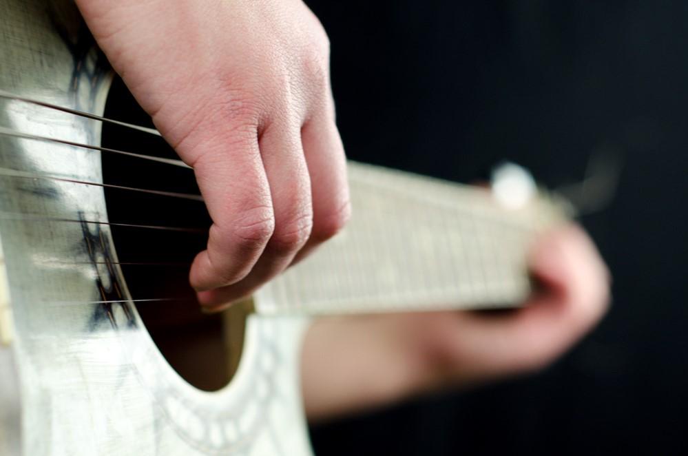 Правильно расположенные руки на гитаре