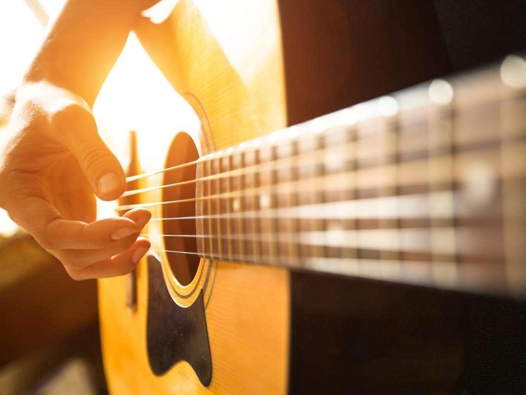 Изображение гитары и руки