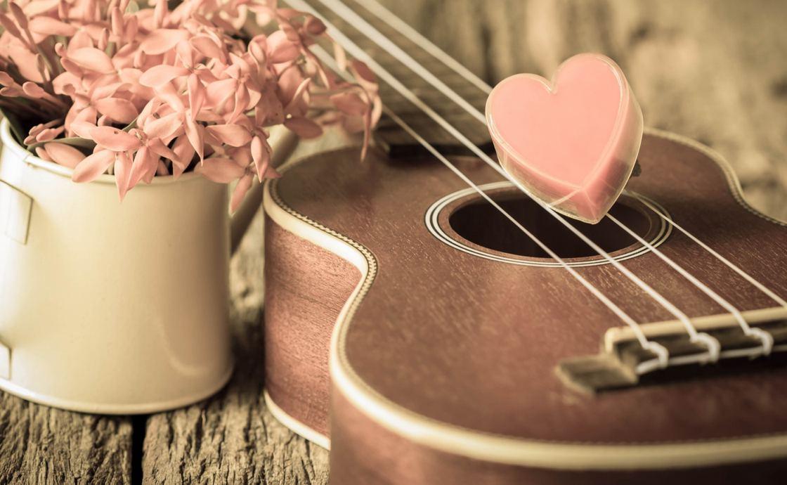 Красивая укулеле в розовых тонах