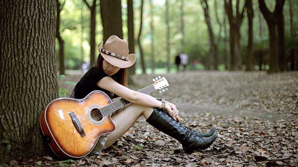 Девушка с гитарой в лесу