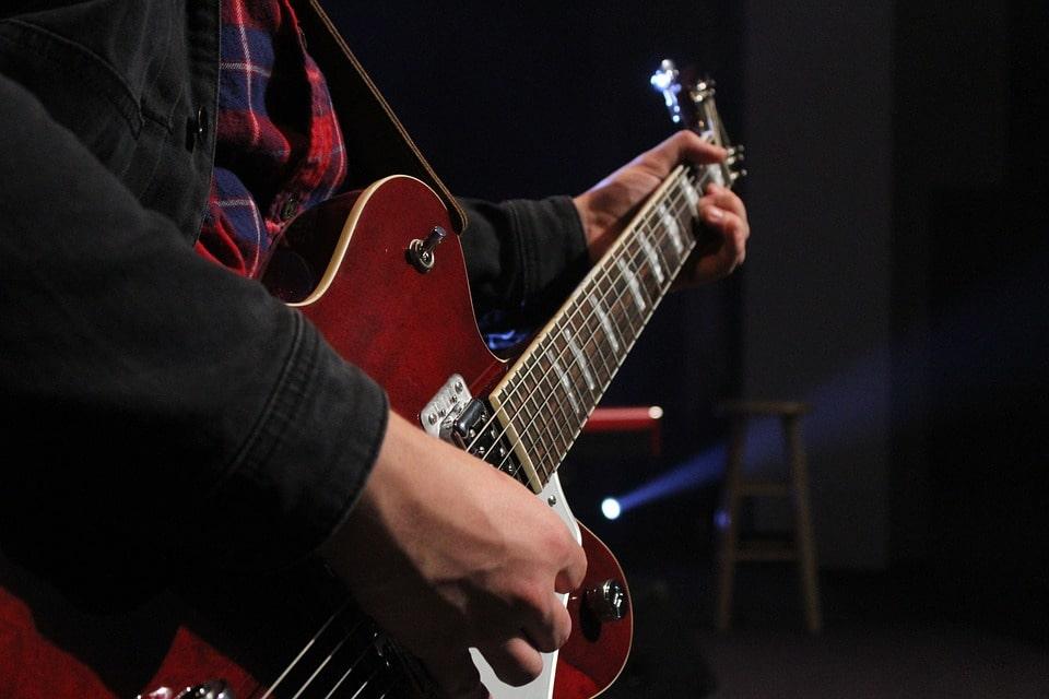 kiski-krupnim-priemi-igri-solo-na-gitare
